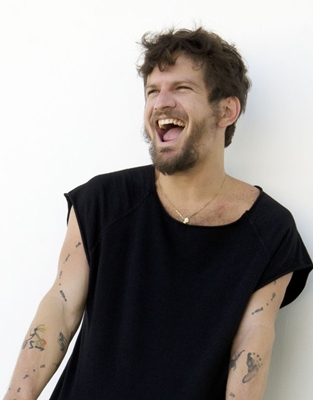 O cantor faz show de pré-lançamento do CD e do DVD, gravados ao vivo na Concha Acústica do Teatro Castro Alves, em Salvador (Robson Caramendes/Divulgação)