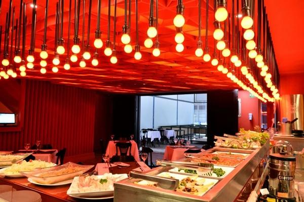 Num projeto da Domingo Arquitetura, o novo Calaf exibe a cor vermelha, que serve para o almoço do dia e para a balada da noite (Monique Renne/CB/D.A Press)