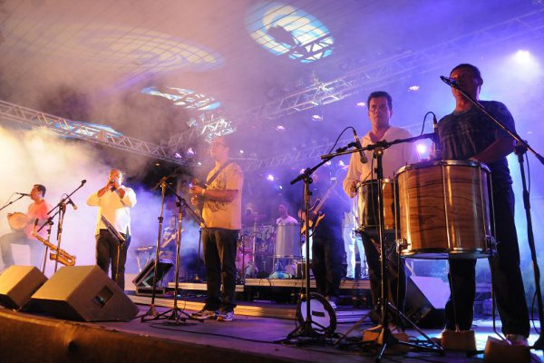 A banda Coisa Nossa é uma das atrações da domingueira de pagode ( Luis Xavier de França/Esp. CB/D.A Press)