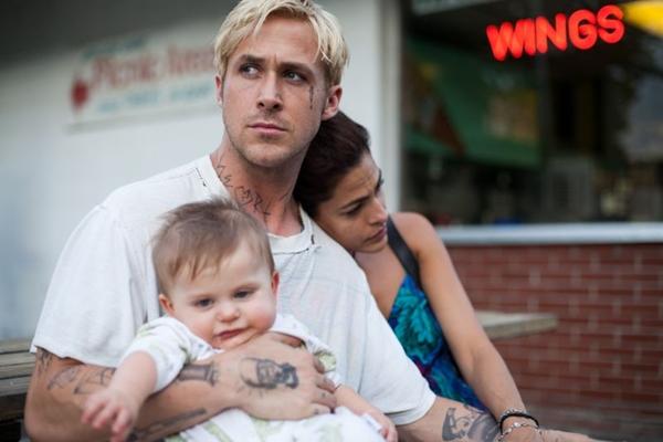 Na trama, Luke (Gosling) é um aventureiro saído de um número de globo da morte circense (Paris Filmes/Divulgação)