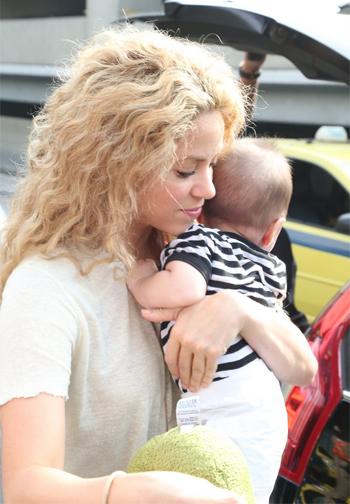 A cantora chegou com o filho Milan no Rio de Janeiro ((Marcello Sá Barretto/ Ag. News) )