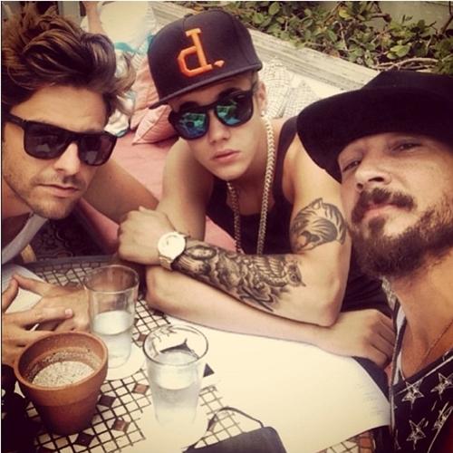'Eu e meus manos @ryangood24 e @carllentz na hora do almoço falando sobre nosso salvador Jesus Cristo', postou o cantor (Reprodução/Instagram)