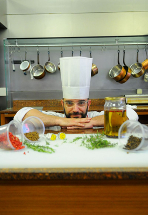 O chef argentino Sebástian Parasole usa três tipos de pimenta quando aromatiza o azeite (Janine Moraes/CB/D.A Press)