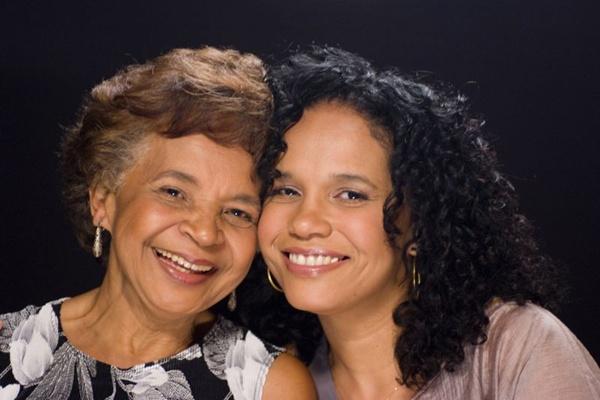 Dona Hilda sempre incentivou a filha, e não perde a chance de dar um canja quando a assiste num show  (Washington Possato/Divulgação)