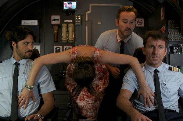 Javier Camara (direita acima) protagoniza cenas cômicas marcantes, no papel do chefe dos comissários (Paris Filme/Divulgação)