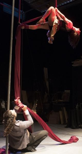 Argonautas reúne dança, circo e teatro em O baile (Magno Junior/Divulgação)