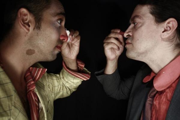 Palhaço e fã vivem embate de valores na peça da Virtú - Confraria Teatral (Mariana Kirshner/Divulgação)