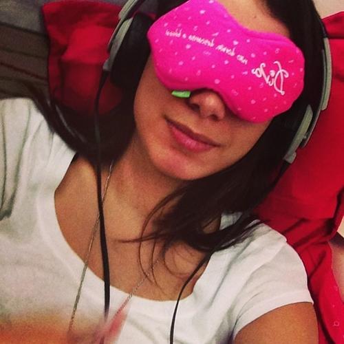 Anitta aproveitou viagem de avião para descansar (Reprodução/Instagram)