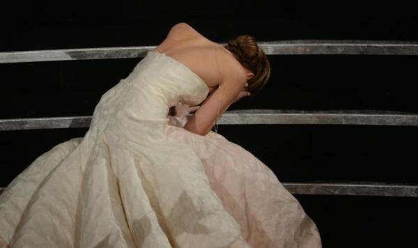 Entre um dos momentos constrangedores, a atriz Jennifer Lawrence cai no Oscar em 2013 (Robyn Beck/AFP Photo)