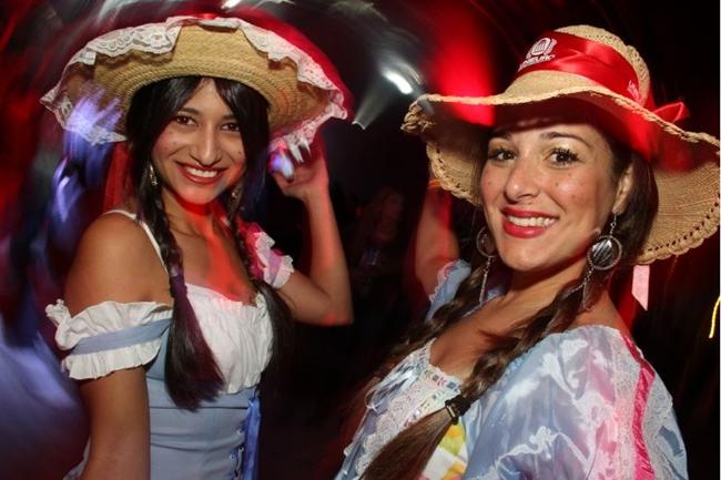 Priscila Pamela e Karen Faleiros curtiram a Festa do Seu João caracterizadas (Lula Lopes/Esp. CB/D.A Press)