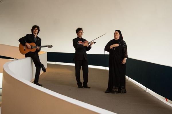 A cantora Monycah Ramos, com os músicos Thiago Francis e Danilo Froes, interpreta fados no Projeto Sarau (Rômulo Juracy/Divulgação)
