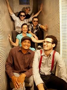 A banda pernambucana vai comandar a festa no Calaf (Louise Vas/ Divulgação)