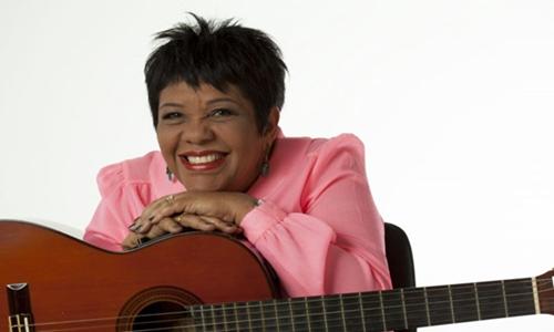 Rosa é reconhecida no cenário musical pelo swing apresentado nas músicas (Rafael Pieroni/Divulgação)