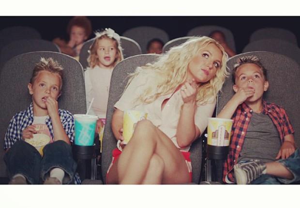 Britney, que está na trilha do filme Os Smurfs 2 com a música Ooh La La, usou a imagem em que o trio aparece curtindo um filme na sala de cinema (Reprodução/Instagram)