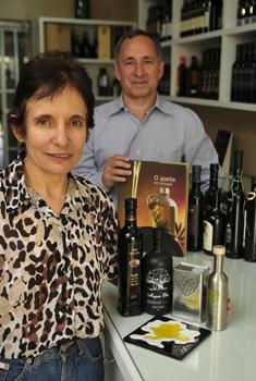 Jorge e Cinira têm atenção especial para o que há de melhor na azeitona (Ed Alves/CB/D.A Press)