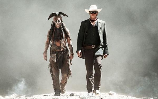 Ao lado de Annie Hammer, o Cavaleiro Solitário, Johnny Depp parece repetir o Jack Sparrow de Piratas do Caribe (Walt Disney/Divulgação)