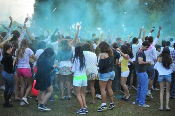 Público durante o Festival das Cores, no Minas Brasília Tênis Clube (Luis Xavier de França/Esp. CB/D.A Press)