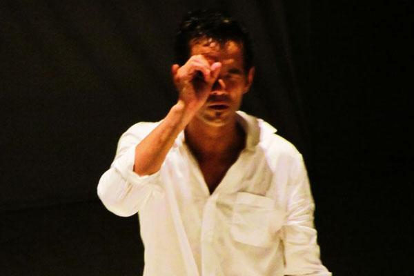 O bailarino Edson Beserra no espetáculo Corpo acústico.  (Renato Acha/Divulgação)