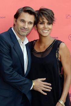 O casal já havia anunciado o noivado no ano passado (AFP PHOTO / PIERRE ANDRIEU )