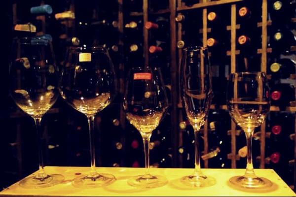 1 Taça Bordeaux (vinho tinto), 2 Borgonha (vinho tinto), 3 Taça para vinho branco e rosé, 4 Taça flûte (espumante), 5 Taça para água (Carlos Moura/CB/D.A Press)