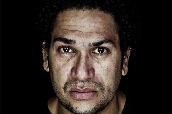 Sozinho no palco, Similião Aurélio encarna a tragicomédia da vida moderna em O prestidigitador (Divulgação)