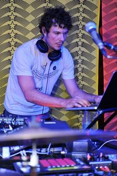 O DJ Nagô é uma das atrações do agito (Luis Xavier de França/Esp. CB/D.A Press)