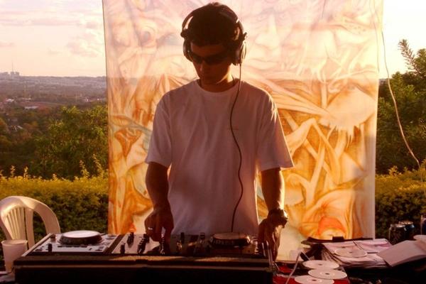 O DJ Hugo Drop é atração na festa (Fernanda Picorelli/Divulgação)