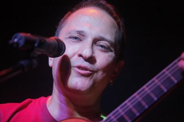 O cantor apresenta vasto repertório de MPB (Alexandre Campbell/Divulgação)