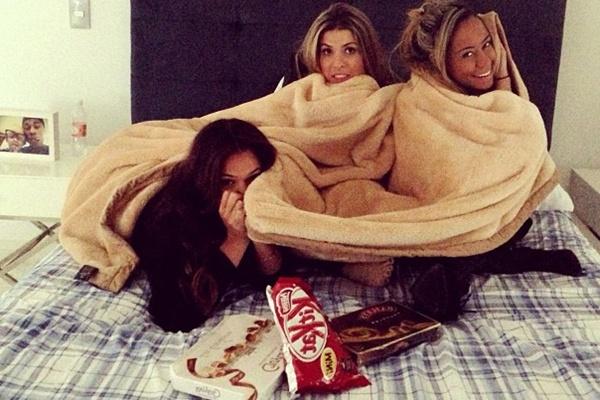 As garotas comemoram a volta da amiga (@brumarquezine/Instagram/ Reprodução)