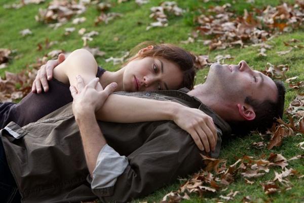 Olga Kurylenko e Ben Affleck interpretam casal abatido pela paixão em Paris (Mary Cybulski/Divulgação)
