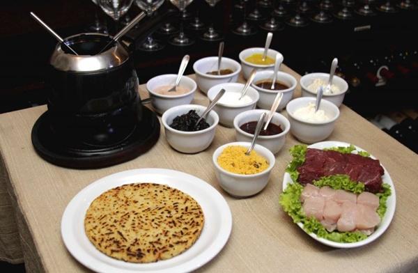 Chez Fondue: prato preparado no óleo, no caldo de carne ou na pedra vulcânica (Viola Junior/Esp. CB/D.A Press)