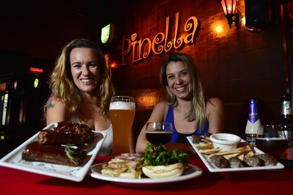 Flávia Attuch (E) e Marta Liuzzi, do Pinella Bistrô: cervejas servidas entre 7 e 10 graus e com alto teor alcoólico (Daniel Ferreira/CB/D.A Press)