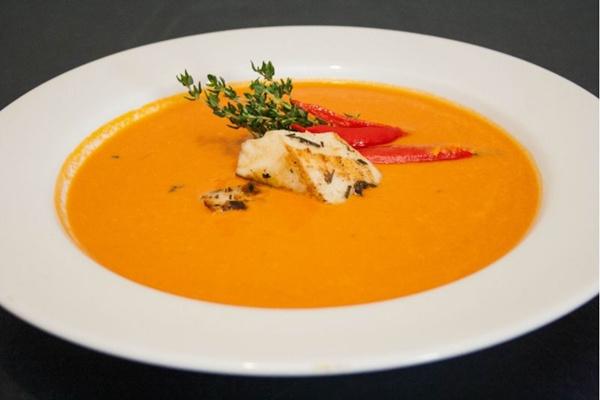 Sopa de tomate picante com pescada amarela: opção no Camarão 206 (Rômulo Juracy/Divulgação)