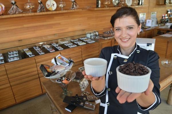Eliane e os dois principais ingredientes: chocolate e creme de leite (Gustavo Moreno/CB/D.A Press)