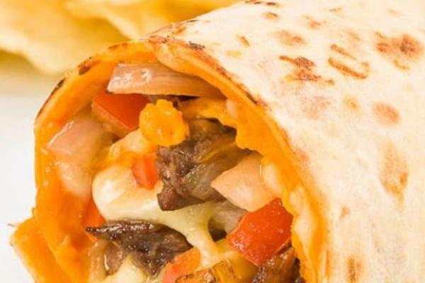 O wrap especial pode ser de salmão e de camarão, mas o mais pedido é o de filé mignon com cebolas molho barbecue, queijo cheddar e tomates (DNA Natural/Divulgação)