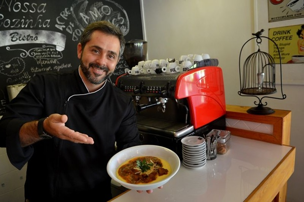 O chef Alexandre Albanese e o músculo com polenta: Gosto de infância (Gustavo Moreno/CB/D.A Press)