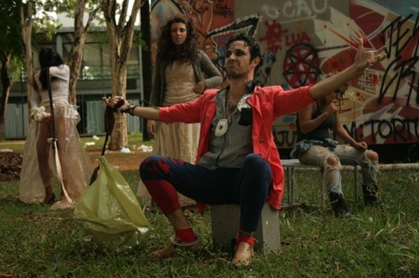 Os quatro personagens de Godô chegô!: peça é adaptada ao vivo, de acordo com a reação da plateia (Márcia Regina/Divulgação)