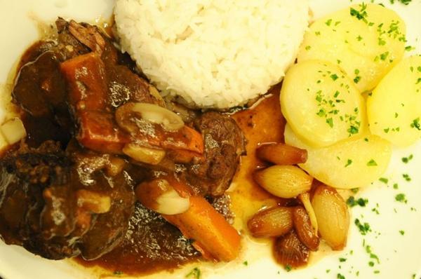 Boeuf Bourguignon com arroz branco, échalotes e batatas (Iano Andrade/CB/D.A Press)