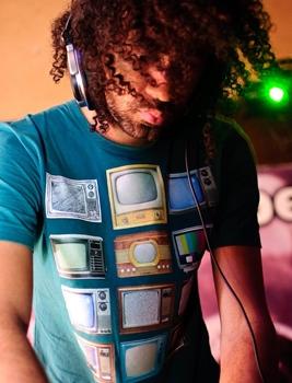 O DJ Tonny Rocks é atração no Velvet Pub (Rafael Dourado/Divulgação)