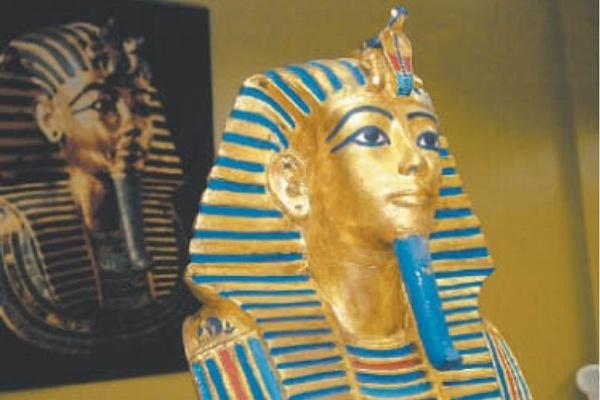 A máscara de Tutancâmon homenageia o faraó do Antigo Egito (Oriente-se Cultura e Intermediações /Divulgação)