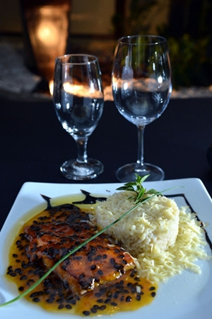 Risoto de gorgonzola, com salmão ao molho de maracujá, do chef Rafael Derzie do Restaurante Coevo, no Sudoeste (Daniel Ferreira/CB/D.A Press)