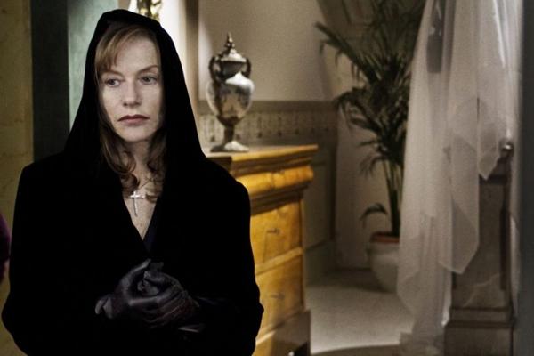 Isabelle Hupert vive a Divina Madre, que tenta manter a filha em coma (Biff/Divulgação)