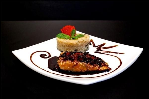 Salmão grelhado ao molho de maracujá e risoto de gorgonzola do restaurante Coevo (Cara Preta/Divulgação)