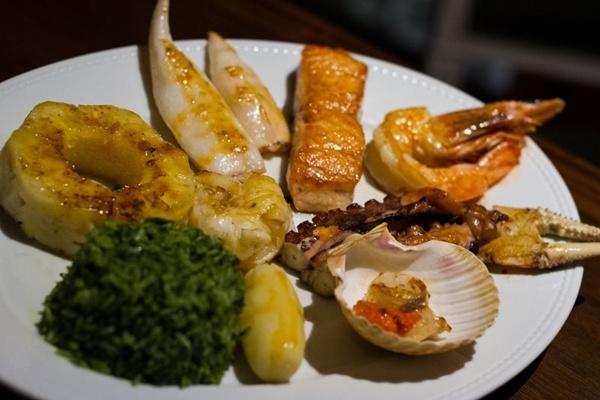 Misto de frutos do mar com abacaxi grelhado é muito pedido no Antiquarius Grill (Gilberto Evangelista/Divulgação)