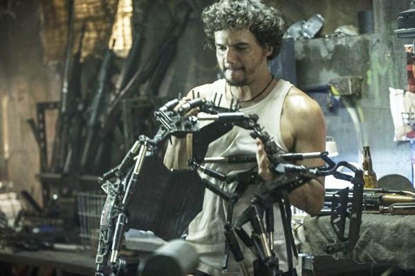 O longa traz Moura como Spider, uma espécie de hacker, revolucionário e contrabandista de humanos (Sony Pictures Publicity/Divulgação)