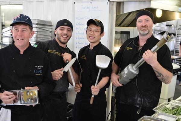 Chefs que comandam a cozinha da tenda do Cirque du Soleil: pratos de várias nacionalidades no menu (Monique Renne/CB/D.A Press)