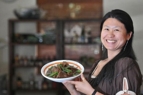 Eliza Sun Zulato e o pato Grande Muralha, um dos mais pedidos no restaurante  (Breno Fortes/CB/D.A Press)