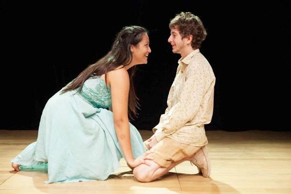 Bruna Portella e Luan Vieira estão na peça inspirada na obra de García Márquez e nas cartas da avó da atriz  (Cia Cortejo/Divulgação)