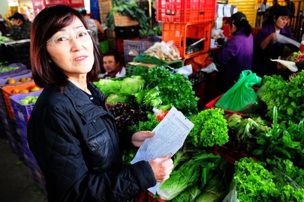 Mariko Saito compra em grande quantidade: produtos são revendidos em mercado gourmet (Bruno Peres/CB/D.A Press)