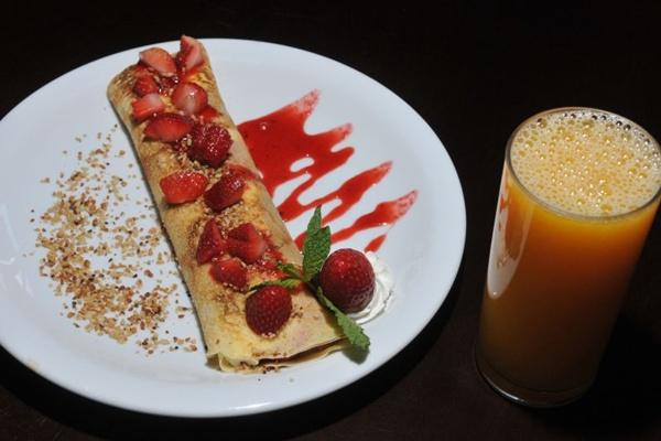 A sobremesa delírio de morango, preparada com a fruta, doce de leite e cream cheese, entra hoje no cardápio do Crêpe Royale  (Breno Fortes/CB/D.A Press)